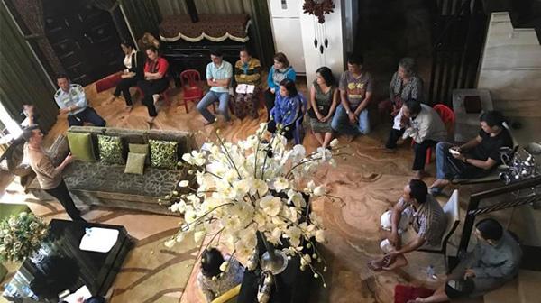 Đàm Vĩnh Hưng mời 15 chủ nợ đến nhà để trả tiền thay cho mẹ